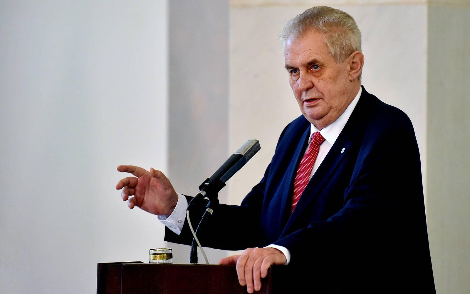 """,,Zeman je zrádace"""", demonstrují desítky lidí v Praze před ruskou ambasádou"""